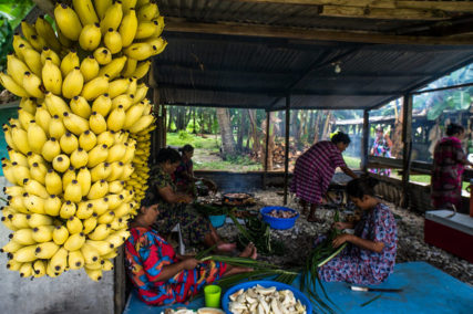 Women in the Marshall Islands preparing food. © Asian Development Bank/Flickr